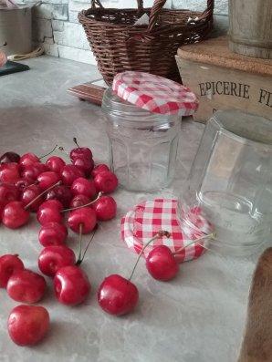 La cigale ayant chanté tout l'été ..................... Les conserves : Il peut y avoir un hiver frisquet avec plein de neige , j'ai en réserve une partie de la production de notre jardin , entre la cave et le congélateur !!! Les courgettes, les tomates, les choux verts, les aubergines, ect ....et tous ces fruits .... Cette année avait mal commencé avec les pluies diluviennes mais l'été fut chaud et la nature a fait le reste , avec évidement le coup de main de mon jardinier .  Je ne suis pas cigale , mais à l'inverse de la poésie, je pourrai danser sans soucis .......... J'aime voir ma cave remplie de mes préparations d'été ......... Et bien dansez maintenant ..... ! ! !