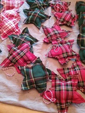 L'année dernière c'était des c½urs rouges et variés de rouges cette année je complète avec des étoiles vertes écossaises et autres c½urs verts... Voilà les conséquences du mal de genou , je prend de l'avance ,pour mes créations de noël .....assise histoire de ne pas rester à rien faire ...35 étoiles et c½urs de réaliser...