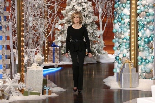 """...""""ELLEN"""" RECOIT LA PETILLANTE ACTRICE """"JANE FONDA"""" (elle est la fille du celebre acteur """"Henri Fonda"""" , """"Jane"""" parle courament le francais , elle a ete marier au realisateur francais """"Roger Vadim"""" dont elle a eu une fille avec lui , """"Jane"""" est lier par le lien familiale a """"Catherine Deneuve et Brigitte Bardot"""" car les 2 actrices francaises ont elles aussi eu des enfants et ont ete marier a """"Roger Vadim"""" , kan """"Vanessa"""" la fille de """"Jane"""" s'est marier , les enfants de """"Catherine Deneuve"""" ainsi ke """"Brigitte Bardot"""" s'est rendut au mariage , les 3 femmes ainsi ke leur enfants sont souvent en relation ) L'ANIMATRICE S'EST PERMIZE DE PRENDRE UNE FOTO AVEC LA COMEDIENNE KI EST UNE LEGENDE AU ETATS UNIS COMME ETAIT SON PERE !!!!!!"""