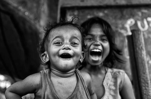 Un sourire ne coûte rien, mais il a une grande valeur. il enrichit ceux qui le reçoivent, sans appauvrir ceux qui le donne   Il dure un instant, mais on s'en souvient longtemps !!