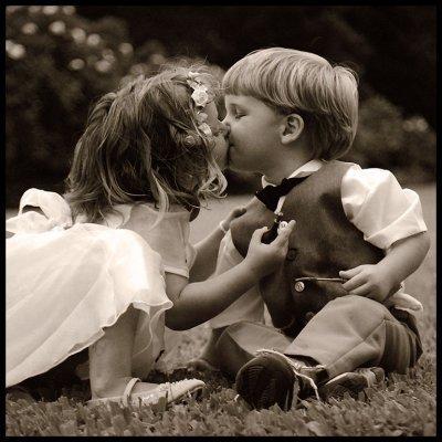 Un jour , tu as voulu m'offrir ton coeur, de peur de faire une bêtise , j'ai préféré demander à ma maman comment faire pour en prendre soin car j'ai toujours tout cassé mes jouets.Apres qu'elle m'ait dit que ce n'était pas un objet mais que ça s'appellai avoir des sentiments d'offrir son coeur à quelqu'un, je lui est répondu que je le mettrai toujours dans mes bras contre mon corps, pour le protéger de la pluie, des douleurs de la vie et afin qu'il batte en même temps que le mien , car le mien depuis le début, ne bat que pour toi .....
