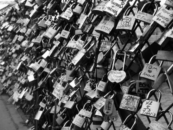 j'accrocherai notre amour à ce pont pour toujours laisser une trace de nous...