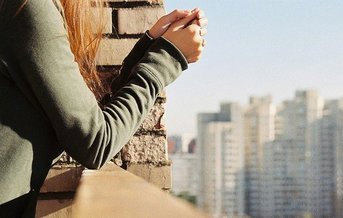 """"""" Devenir le spectateur de sa propre vie permet d'échapper aux souffrances de la vie. """"       Oscar Wilde"""