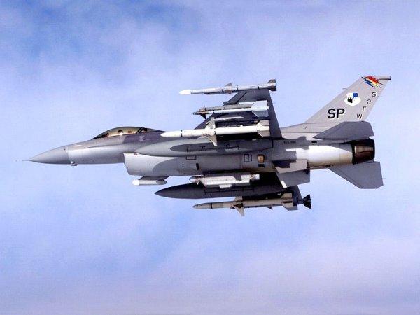 f16 fighting falon, vitesse max mach 2 (2125km/heure), rayon d'action de 920km, poids a vide 7620kg, poids max au decolage 17010kg