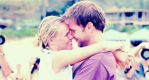Je t'ai cherchée partout, même ailleurs. Je t'ai trouvée, où que tu sois, je m'endors dans tes regards. Ta chair était ma chair. De nos moitiés, nous avions inventé des promesses ; ensemble nous étions nos demains. Je sais désormais que les rêves les plus fous s'écrivent à l'encre du coeur. J'ai vécu là où les souvenirs se forment à deux,à l'abri des regards, dans le secret d'une seule confidence où tu règnes encore... Même sans toi, je ne serai plus jamais seul, puisque tu existes quelque part.