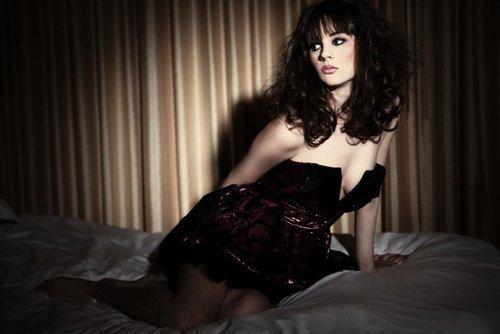 Elle se jeta sur le lit se mit sangloter bien fait pour elle elle avait t folle de penser - Comment rendre folle une femme au lit ...