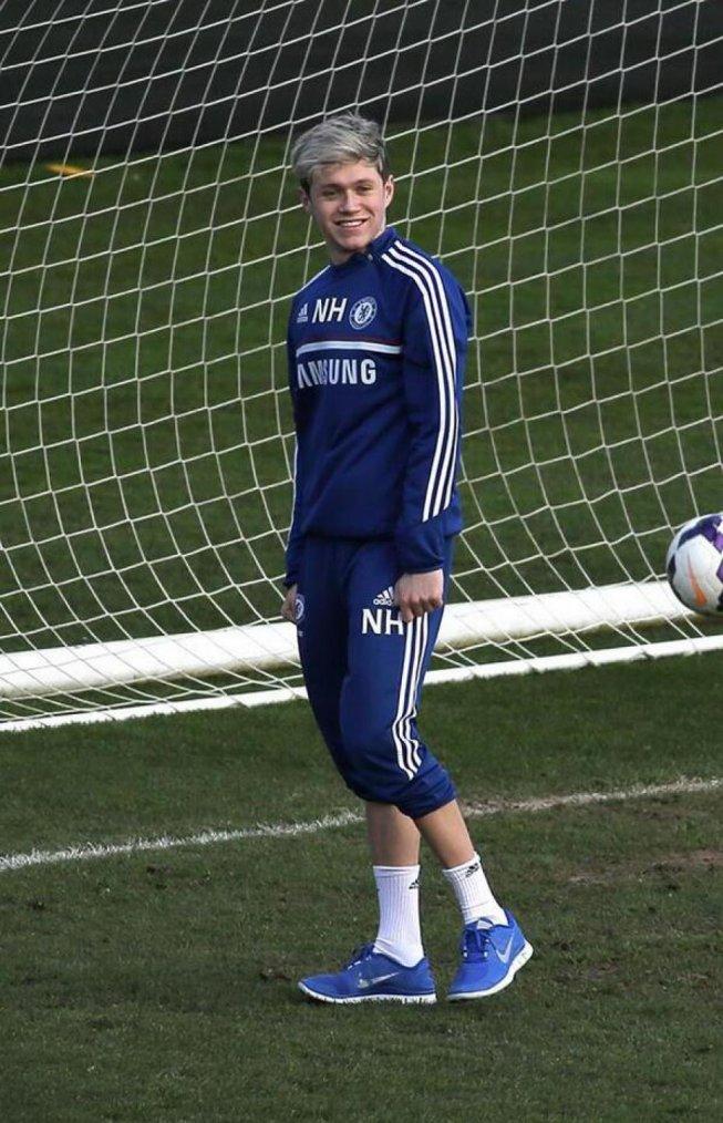 New's 5 : Niall et Louis qui joue pour le match de Doncaster Rovers.