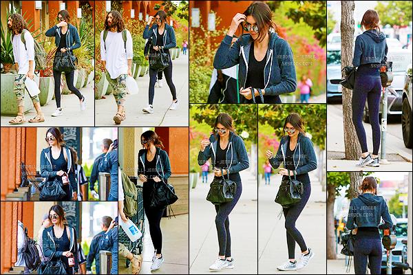 - 04/06/15 : Notre jolie Kendall Jenner a été repérée se dirigeant au restaurant - Sugarfish , situé à Beverly Hills.   Elle était accompagnée de Hailey Baldwin ainsi que du petit frère dela mannequin et amie de Kendall : Anwar Hadid. J'aime sa tenue sportive. -