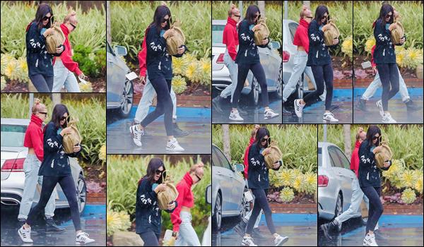 '- '-◊-08/01/18-' : Kendall Jenner quittait le bureau d'un avocat, en compagnie d'Hailey Baldwin à Santa Monica. C'est sous la pluie que les deux amies quittaient l'immeuble d'un avocat, avec qui elles avaient apparemment un rendez-vous. Niveau tenue, un gros bof.-