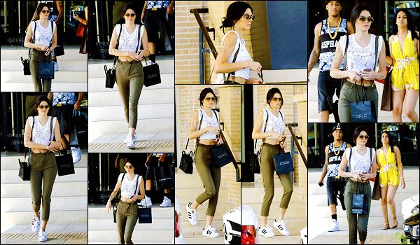 - 13/06/15 : La jolie Kendall a été photographiée alors qu'elle faisait quelques achats au magasin Barney's, - LA.   Comme on le sait, Kendall fréquente souvent ce magasin. Mais que cache-t-elle dans son sac ?! Pour la tenue ça sera un tout petit top pour moi. -