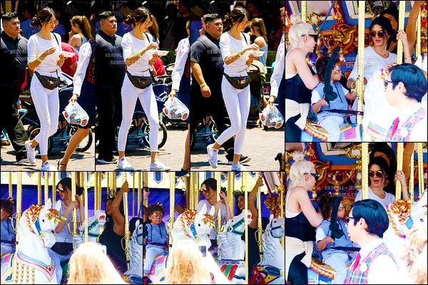 - 15/06/15 : Le clan Kardashian/Jenner au complet a été repéré au parc Disneyland d'Anaheim, - en Californie.   La famille a fêté l'anniversaire de la petite North West dans ce célèbre parc d'attractions. Tenue décontractée pour la mannequin, un top pour moi. -