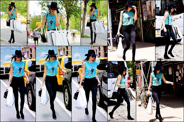 - 17/06/15 : Toujours dans la ville de la Grosse Pomme, Kendall - sous son chapeau - se promenait dans les rues.   L'égérie d'Estee Lauder sortait entre autres de l'appartement de Kanye West. Elle a été vue après avec des nombreux paquets dans les mains ! -