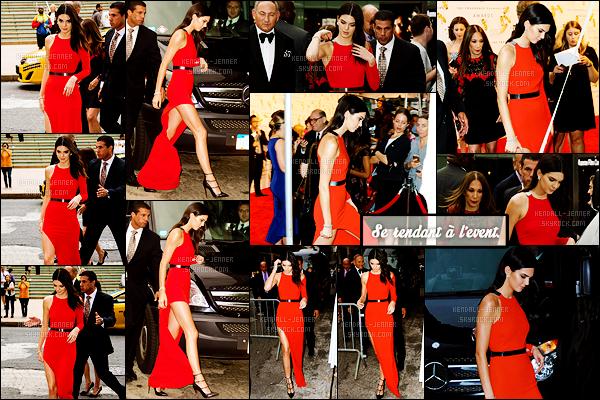 - 17/06/15 : Vêtue de rouge, Kendall Jenner assistait à la soirée « Fragrance Foundation Awards 2015 » -NYC.   La divine mannequin était maquillée par Estee Lauder et portait bien-sûr le Modern Muse Le Rouge, un clin d'oeil à sa - campagne publicitaire -