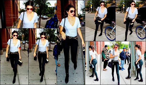- 18/06/15 : De nouveau à New-York, Kendall J. se rendait au « Nobu Restaurant » avec sa BFF -Hailey Baldwin.   Très souriantes les deux jeunes demoiselles ! Le même jour, Kendall a été repérée toujours dans les rues de NY , puis sortant de chez Kanye West. -