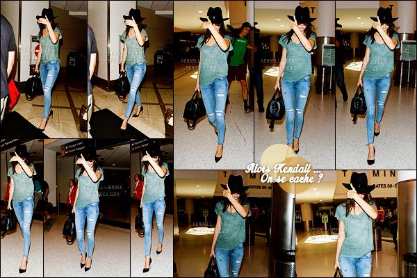 - 20/06/15 : De retour après un passage à New-York City, Kenny a été photographiée arrivant à l'aéroport de LAX.   La mannequin semblait peu ravie de voir les paparazzis, puisqu'elle se cachait une fois de plus. Sa tenue est vraiment sympa, un top pour .. la top ! -