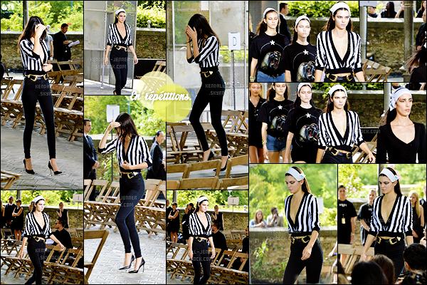 - 26/06/15 : Dans le cadre de la Fashion Week parisienne, la belle  mannequin  défilait pour la marque - Givenchy.   Elle n'était pas la seule mannequin célèbre puisqu'on retrouve Candice Swanepoel ou encore Naomi Campbell ... Avis sur la fameuse robe rose ? -