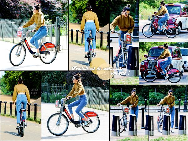 - 29/06/15 : Sous le soleil londonien, la jeune mannequin faisait un peu de vélo dans les rues de la capitale, UK.   Toujours classe, même en vélo ! J'aime la tenue mais j'aurais préféré que le haut soit moins large. Votre avis, est-ce un top ou flop pour vous ? -