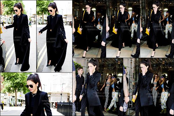 - 27/06/15 : Journée chargée, Kendall Jenner a été photographiée alors qu'elle quittait son hôtel situé à Londres.   On peut apercevoir derrière Cara Delevingne, Gigi Hadid ainsi que Joe Jonas. Toute la bande de mannequins et amies était réunie dans l'hôtel .. -