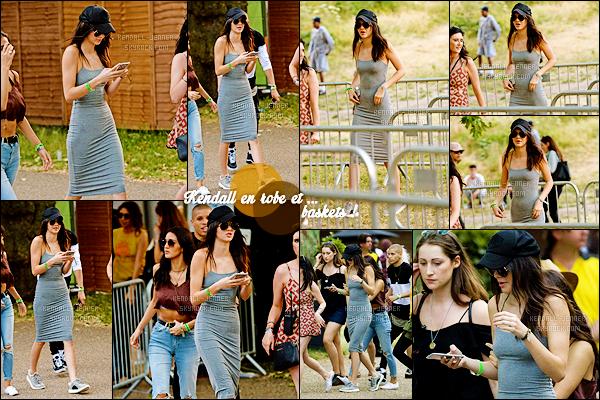 - 03/07/15 : Melle Jenner assistait au « New Look Wireless Festival » qui se déroule actuellement à Londres.   La mannequin portait une robe grise basique accompagnée de baskets, et oui il faut savoir être à l'aise lors des festivals. Un avis sur la tenue ?! -