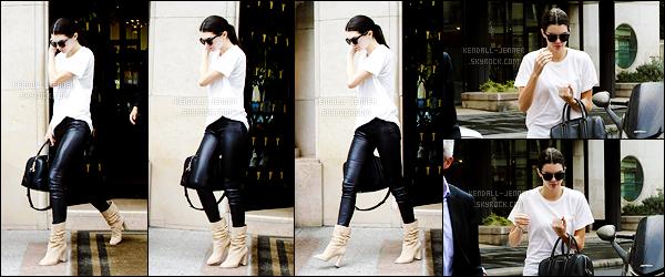 - 05/07/15 : De retour dans capitale française, Mlle Kendall Jenner arrivait sur les lieux d'un - défilé de mode.   Il s'agissait du défilé pour Atelier Versace. Kendall était donc habillée très simplement d'un tee-shirt blanc et pantalon en cuir. Un top ou flop ? -
