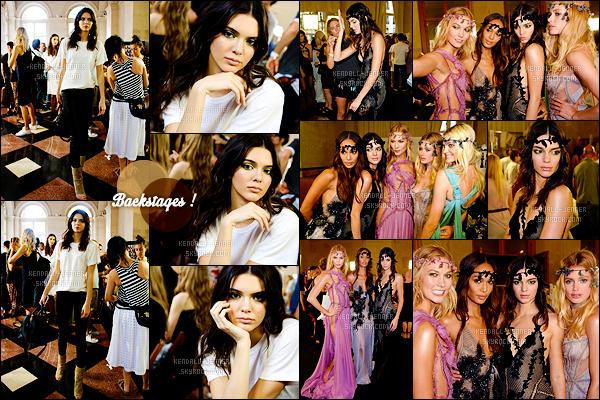 - 05/07/15 : La divine Kendall Jenner défilait pour « Atelier Versace » dans le cadre de la Fashion Week (-Paris).   Je trouve la tenue réellement splendide, et la couronne aussi. De nombreux tops tels que Karlie Kloss et Joan Smalls étaient présentes, avis ? -