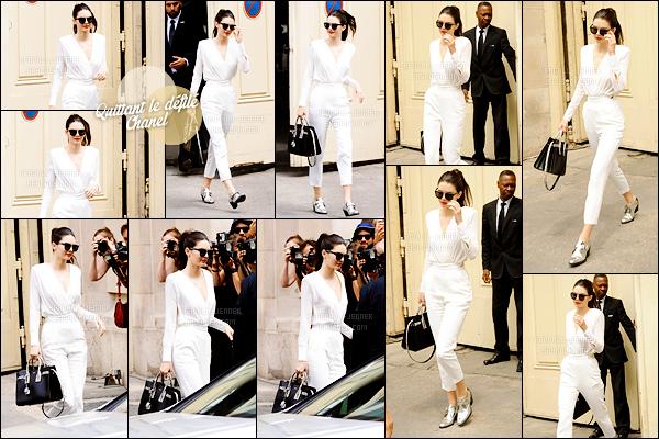 - 07/07/15 :  Dans une superbe combinaison blanche et encore toute maquillée, Kendall Jenner quittait le défilé .   Kendall quittait donc le Grand Palais pour retourner à son hôtel parisien. C'est donc la fin de son escapade parisienne, Kendall sera de retour. -
