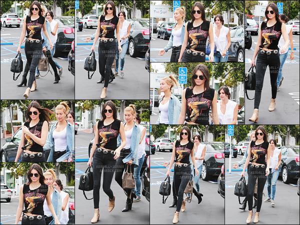 - 08/07/15 - Kendall a été photographiée quittant le commerce « Urth Caffe » à l'hôtel situé dans West Hollywood.    'Elle était en compagnie de son amie - Hailey Baldwin. J'aime beaucoup sa tenue, en même temps Kendall est notre fashionista. C'est un top et toi ? -