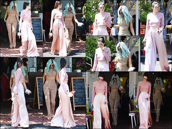- 10/07/15 - Kendall J. et sa soeur Kylie Jenner ont été vues quittant la boutique « Fred Segal » à West Hollywood.    'Les deux soeurs sont juste magnifiques, j'aime beaucoup leur tenue, et contrairement à d'autres, j'aime la couleur de cheveux de Kylie. C'est un top. -