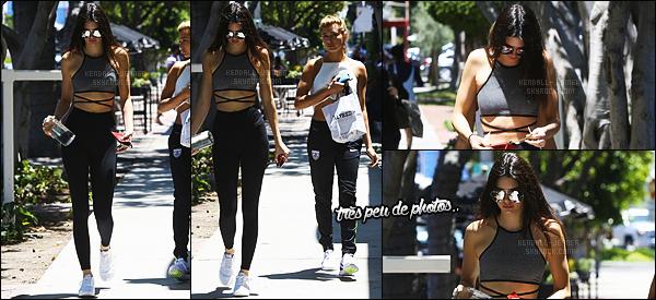 """- 11/07/15 - Kend' ainsi que son amie Hailey Baldwin ont été vu quittant le restaurant « SugarFish » à Los Angeles.    'La nouvelle """"mère"""" de Kendall - Caitlyn Jenner a déjeuné avec les deux femmes ! J'aime bien la tenue, même si c'est une tenue de sport j'aime ! -"""