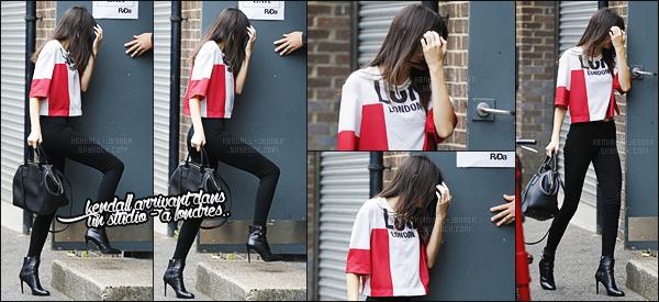 - 12/07/15 - Kendall Jenner a été photographiée arrivant à son hôtel londonien, après s'être rendue dans un studio.    'Nous retrouvons une fois de plus la mannequin Kendall à Londres. Nouveau projet en vu ? On a hâte ! J'aime beaucoup sa tenue, et toi tu aimes ? -