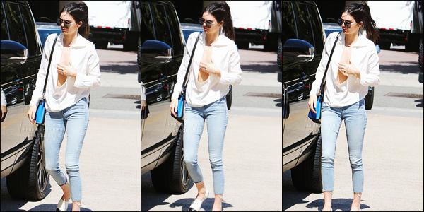 - 14/07/15 - Kendall J. a été photographiée alors qu'elle quittait la boutique « Barney's New York » à Beverly Hills.    'Wow, décolté très plongeant pour Kendall, on adore. Je trouve que ça donne du pep's à la tenue. TOP ! Elle était avec deux amies. Alors top/ flop ? -