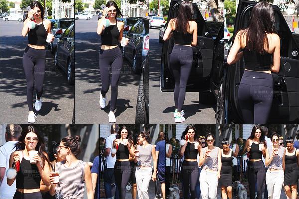 - 15/07/15 - Kendall a été vue avec Lauren Perez quittant la boutique « Alfred Coffee & Kitchen » à Los Angeles.    'Kendall J. abordait une tenue de sport qui épouse encore une fois bien ses formes, j'aime bien. Donnez-moi vos avis sur son look par commentaires. -