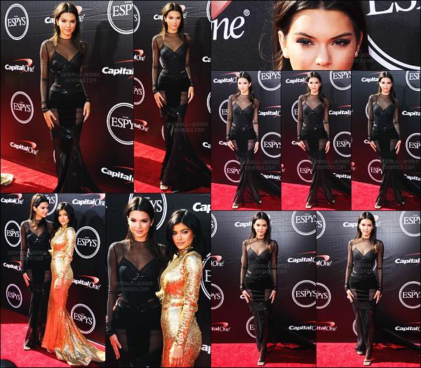 - 15/07/15 - Kendall Jenner est allée en compagnie de sa soeur Kylie Jenner au « ESPY Awards », à Los Angeles.    'Sa nouvelle mère, Caitlyn Jenner y a reçu un prix et a donné un discours touchant qui a fait polimique. Les tenues des soeurs étaient magnifique. -