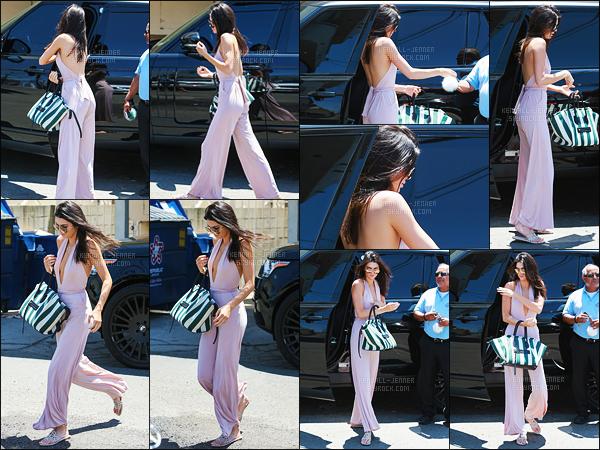 - 16/07/15 - Kendall s'est rendue au restaurant « Joan's On Third » pour y déjeuner à West Hollywood, Californie.    'Wow, je suis totalement fan de la tenue qu'abordait Kendall, une combine rose avec des sandalles et un sac signé - Céline ! Je dis oui oui, un TOP. -