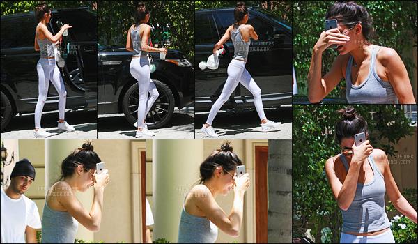 - 17/07/15 - Dans la matinée, Kendall J. s'est rendue dans la maison de l'une de ses amies à Beverly Hills, Californie.    'La belle abordait une tenue de sport qui épouse bien ses formes, on peut que dire oui. C'est un donc un joli top. Donnez-vos avis par commentaires ! -