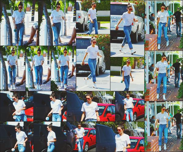 - -• 22/08/16-' : La mannequin Kendall N. Jenner s'est rendue déjeuner dans le restaurant - « Fred Segal », à Los Angeles.    La top portait une tenue plutôt simple. L'après-midi, K. Jenner s'est rendue à la boutique « Go Greek » pour prendre un petit encas glacé à emporter. -