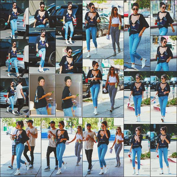 - -• 25/08/16-' : En vadrouille avec quelques amis, la mannequin Kendall Jenner a été aperçue dans les rues de Beverly Hills.    Grande fan des tee shirts à l'effigie de groupe de rock, Kendall portait un de ces fameux tee-shirts avec un décolleté pour le moins prononcé ! J'adore. -