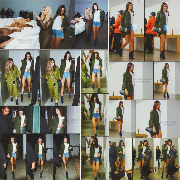 - -• 26/08/16-' : Kendall et Kim était à l'exposition privée « Famous by Kanye West » chez Album and Poe dans Los Angeles    Les deux célèbres soeurs on donc été aperçue à cet événement privé qui était organisé par le mari de Kim Kardashian ! C'est toujours la même tenue. -