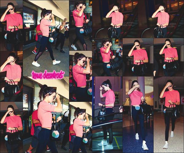 26/07/16 - Kendall Jenn' a été vue toute seule à l'aéroport de L.A - de retour chez la mif !