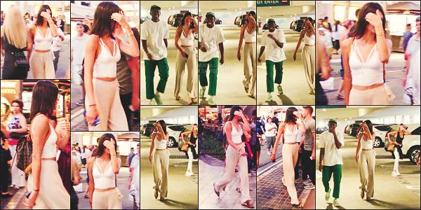14/08/16  - De retour à L.A,  Ken' Jenner était toute sourire en discrétion se cachant la face !