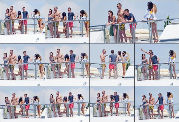 - ''23.05.17'-''─''En matinée, Kendall Jenner a été photographiér avec ses amis sur un yacht dans les Antibes ![/s#00000ize]Depuis hier, la jeune américaine prend du temps pour se prélasser sous le soleil brillant de France et diverses activités nautiques - donnez vos avis ... -