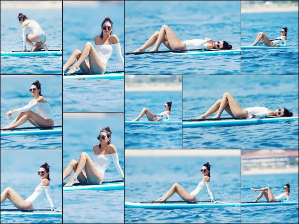- ''24.05.17'-''─''Sous un radieux soleil, Kendall Jenner faisait du paddle non loin du yacht, encore aux Antibes ![/s#00000ize]Une énième fois, Kendall s'exhibe dans un maillot de bain différent. Les sorties sur les yachts ne cesse et risque de durer jusqu'au 28 mai prochain ... -