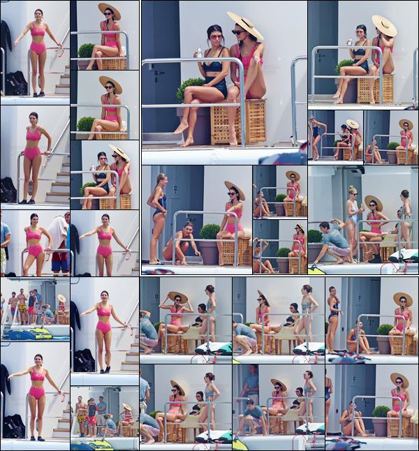- ''23.05.17'-''─''Plus tard, Kendall a été aperçue avec sa s½ur Kourtney et Hailey sur le yacht dans les Antibes.[/s#00000ize]Changement de maillot pour Kendall qui nous donne dans un look un peu plus vintage avec son énorme chapeau. Les filles ont l'air de bien s'amuser ! -