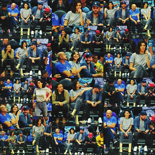 .  13/11/17 - Kendall a été vue  au match de basket de son petit-ami , des encouragements ! - top ou flop ?Kendall était belle, retrouvant ses potes mecs, miss portait des bottes serpents , un petit look tout mignon pour cet évènement - un gros top.  .