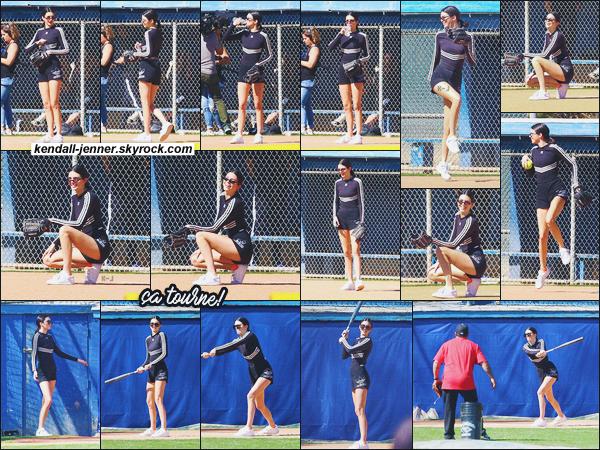 - -• 06/03/18-' : Kendall Jenner a été aperçue avec sa  famille tournant une scène pour le prochain épisode  de KUWTK.    C'est dans un terrain de base-ball que les paparazzis ont photographié Kendall Jenner qui portait un ensemble Adidas noir. Hâte de voir cet épisode ! -