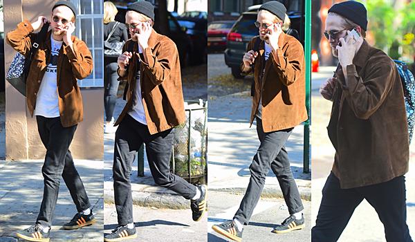 .19.10.16 | Robert a été repéré se promenant dans les rues de NYC ! Robert a été vu se promenant dans les rues de New York City avec son sac à dos. C'est avec un air un peu adolescent, qu'on le voit au téléphone. Comment trouvez-vous cette tenue ? .