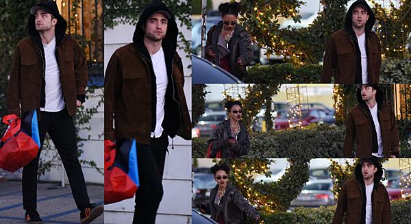 .03.12.16 | Robert se promenant avec sa chérie à Los Angeles ! Robert et sa chérie ont été vu marchant sur un parking à Los Angeles. Nous n'avons aucune indication sur le lieu où ils sont ni d'où ils viennent ni où ils vont. En attendant, Robert et son éternelle casquette/capuche sont plutôt pas mal dans leur genre. Qu'en dîtes-vous ? :) .