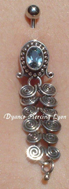 Piercing nombril Bali Tarts Le bijou est en argent 925, il mesure 38 mm de long et 13 mm de large
