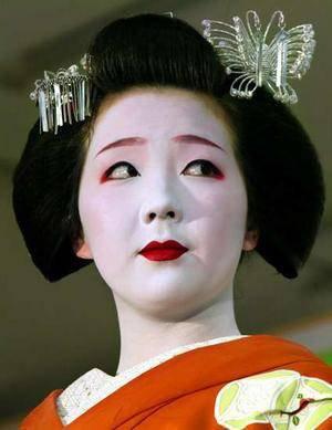 Maquillage ,Habillement d'un Geisha