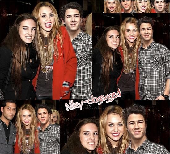 ` > Niley World : Nos chouchous posant avec des fans devant un restaurant le 10 / 11 / 2010.